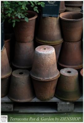 고즈넉이 쌓여있는 빈티지토분의 썸네일 사진